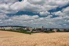 Vista aerea degli insediamenti, in priorità alta un giacimento di cereale Immagini Stock Libere da Diritti