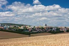 Vista aerea degli insediamenti, in priorità alta un giacimento di cereale Fotografia Stock
