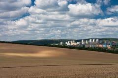 Vista aerea degli insediamenti, in priorità alta un giacimento di cereale Immagini Stock