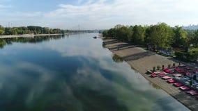 Vista aerea degli oggetti di ospitalità della banca del lago della città archivi video