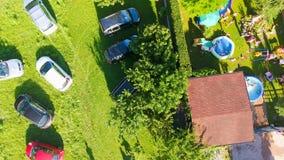 Vista aerea dei bambini che giocano all'aperto nell'ora legale Fotografia Stock