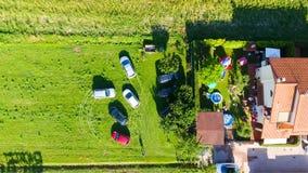 Vista aerea dei bambini che giocano all'aperto nell'ora legale Fotografie Stock Libere da Diritti