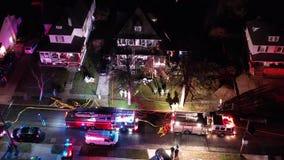 Vista aerea dei camion dei vigili del fuoco e dell'apparato sulla scena del fuoco della Camera video d archivio