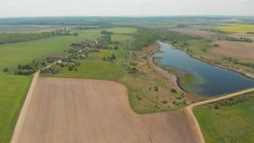Vista aerea dei campi della Bielorussia a maggio con il lago archivi video