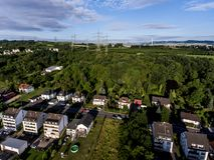 Vista aerea dei dintorni e villaggio di Andernach in Germania un giorno di estate soleggiato con cielo blu Fotografia Stock Libera da Diritti