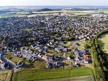 Vista aerea dei dintorni e villaggio di Ochtendung in Germania un giorno di estate soleggiato con cielo blu Immagini Stock Libere da Diritti
