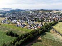 Vista aerea dei dintorni e villaggio di Ochtendung in Germania un giorno di estate soleggiato con cielo blu Fotografia Stock Libera da Diritti