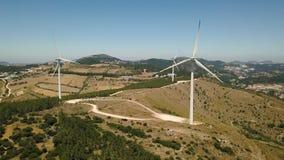 Vista aerea dei generatori eolici di produttore d'energia, Portogallo archivi video