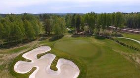 Vista aerea dei giocatori di golf che giocano sul verde mettente Giocatori professionali su un campo da golf verde Fotografie Stock