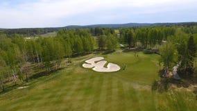Vista aerea dei giocatori di golf che giocano sul verde mettente Giocatori professionali su un campo da golf verde Fotografia Stock Libera da Diritti
