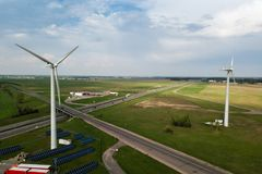 Vista aerea dei mulini a vento con il pannello solare sul campo su soleggiato Fotografia Stock Libera da Diritti