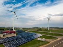 Vista aerea dei mulini a vento con il pannello solare sul campo su soleggiato Immagine Stock Libera da Diritti