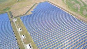 Vista aerea dei pannelli solari che raccolgono vita verde pulita di energia di Sun della natura di conservazione dell'innovazione archivi video