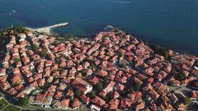 Vista aerea dei tetti di mattonelle di vecchio Nessebar, città antica, Bulgaria video d archivio