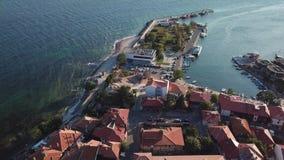 Vista aerea dei tetti di mattonelle di vecchio Nessebar, città antica, Bulgaria archivi video