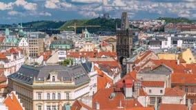 Vista aerea dei tetti rossi tradizionali della città di Praga, repubblica Ceca con la torre della polvere e la collina di Vitkov  archivi video
