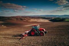 Vista aerea dei trattori che lavorano al campo del raccolto Fotografia Stock