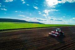 Vista aerea dei trattori che lavorano al campo del raccolto Immagini Stock Libere da Diritti
