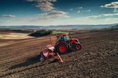 Vista aerea dei trattori che lavorano al campo del raccolto Immagini Stock