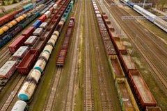 Vista aerea dei treni merci variopinti con le merci sulla stazione ferroviaria fotografie stock libere da diritti