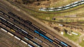 Vista aerea dei treni merci variopinti sulla stazione ferroviaria fotografia stock