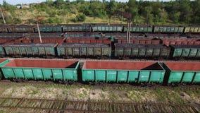 Vista aerea dei treni in un deposito di trasporto - carbone, estrazione mineraria, treno del carbone video d archivio