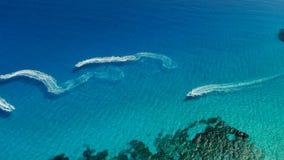 Vista aerea dei turisti che guidano sui jet ski in mare cristallino video d archivio