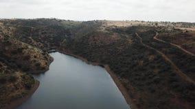 Vista aerea del bacino idrico di Rumblar a 79% della sua capacità, vicino alla popolazione della La Encina di Baños de archivi video