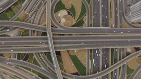 Vista aerea del bivio con le strade ferrate nel Dubai, UAE stock footage