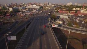Vista aerea del bivio a due livelli nella grande città Contaminazione di tramonto video d archivio