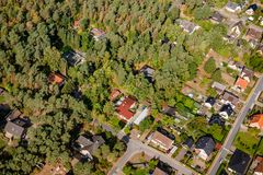 Vista aerea del bordo di un villaggio con le piccole case della famiglia, w fotografia stock libera da diritti