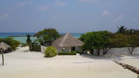 Vista aerea del bungalow della stazione termale sull'hotel di località di soggiorno tropicale dell'isola con la spiaggia di sabbi archivi video