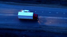 Vista aerea del camion che guida su uno scambio enorme al tramonto archivi video