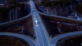 Vista aerea del camion che guida su uno scambio enorme al tramonto video d archivio