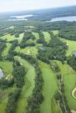 Vista aerea del campo da golf di area dei laghi che mostra parecchi fori Immagine Stock
