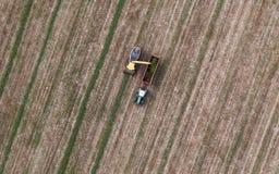 Vista aerea del campo del raccolto con il trattore e l'associazione Fotografia Stock Libera da Diritti
