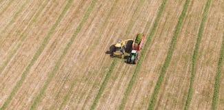 Vista aerea del campo del raccolto con il trattore e l'associazione Immagini Stock Libere da Diritti