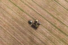 Vista aerea del campo del raccolto con il trattore e l'associazione Immagini Stock