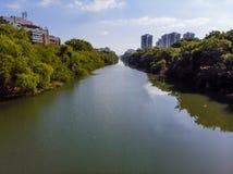 Vista aerea del canale di Marapendi in Barra da Tijuca un giorno di estate Grattacieli residenziali alti da entrambi i lati, con fotografia stock