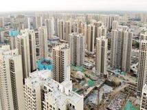 Vista aerea del cantiere identico massiccio nella costruzione con la gru a torre fotografia stock