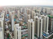 Vista aerea del cantiere identico massiccio nella costruzione con la gru a torre immagini stock libere da diritti
