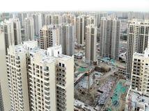 Vista aerea del cantiere identico massiccio nella costruzione con la gru a torre fotografie stock libere da diritti
