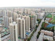 Vista aerea del cantiere identico massiccio nella costruzione con la gru a torre fotografia stock libera da diritti