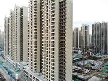Vista aerea del cantiere identico massiccio nella costruzione con la gru a torre immagine stock