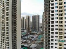 Vista aerea del cantiere identico massiccio nella costruzione con la gru a torre fotografie stock