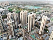Vista aerea del cantiere identico massiccio nella costruzione con la gru a torre immagine stock libera da diritti
