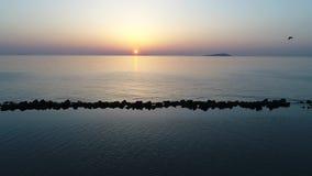 Vista aerea del carrello dell'oceano calmo al tramonto video d archivio