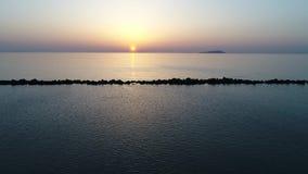 Vista aerea del carrello dell'oceano calmo al tramonto archivi video