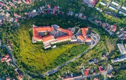 Vista aerea del castello di Palanok, situata su una collina in Mukacheve, l'Ucraina Immagine Stock