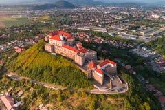 Vista aerea del castello di Palanok, situata su una collina in Mukacheve, l'Ucraina Immagini Stock